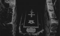 Гроб в склепе
