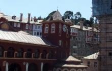 Ватопедские башня и каменная водосвятная часовня у кириакона