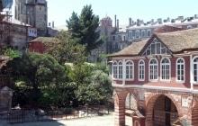 Ватопедский двор перед  трапезной