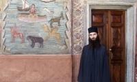 Экклесиарх у правого входа в Никольский придел Ватопедского Благовещенского собора
